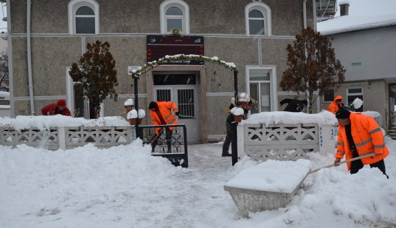 Cuma öncesi kar temizliği