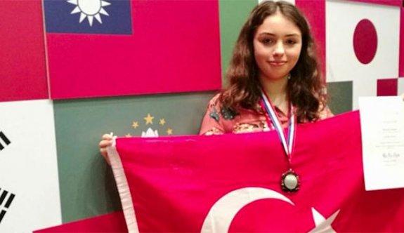 Lise öğrencisi Alara'nın tarım robotu dünya ikincisi oldu