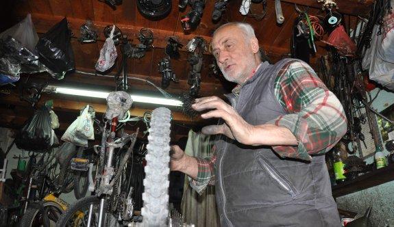 55 yıldır bisiklet tamir ediyor