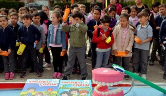 Ertuğrul Gazi İlkokulunda diş seti ve Sağlıklı Yaşam Dergisi dağıtımı
