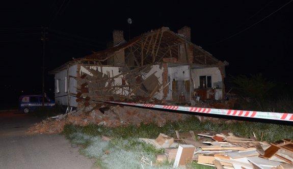 5 kişilik aile içindeyken evin duvarı çöktü