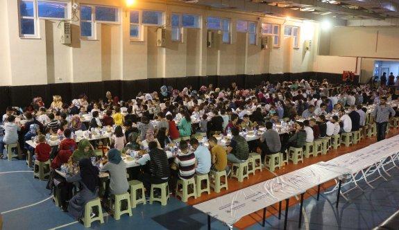 600 çocuk aynı sofrada iftar yaptı