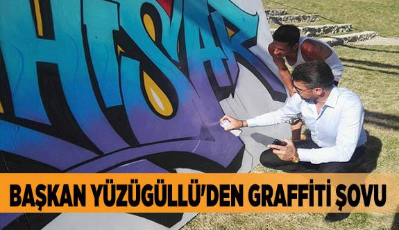 BAŞKAN YÜZÜGÜLLÜ'DEN GRAFFİTİ ŞOVU