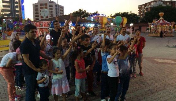 Türkmen çocukların yüzünü ülkücü ağabeyleri güldürdü
