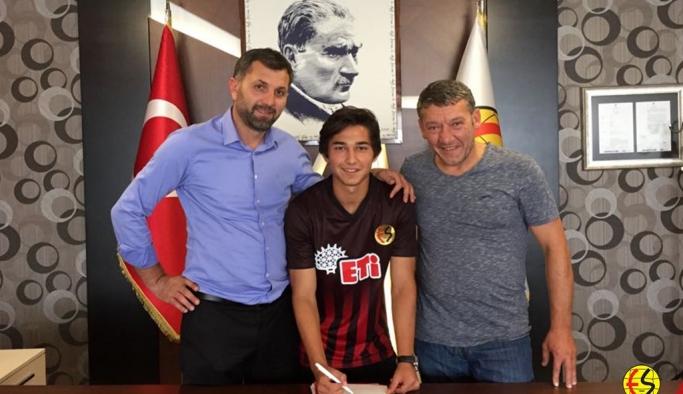 Talha Erdoğan ile 3 yıllık profesyonel sözleşme imzalandı.