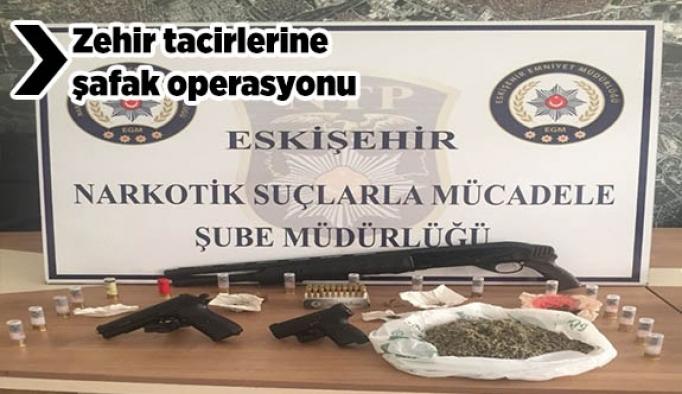 Özel Harekat Şubesi polislerin desteği ile 6 adrese eş zamanlı operasyon düzenledi, 5 şüpheli yakalandı