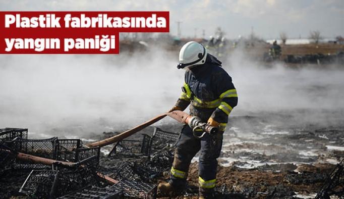 Plastik fabrikasında yangın paniği