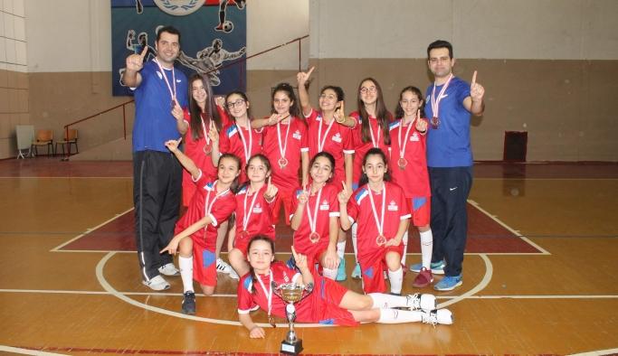 Küçük basketçiler grup maçları için Uşak'ta