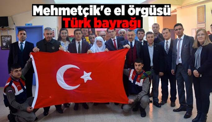 Mehmetçik'e el örgüsü Türk bayrağı