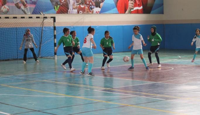 Futsalda kızlar mücadelesi başladı