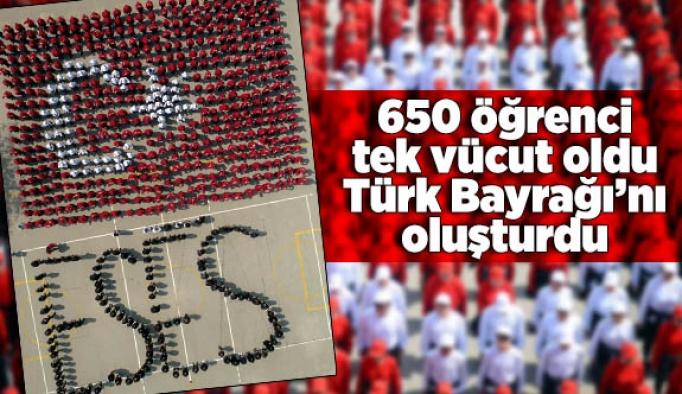 650 öğrenci  tek vücut oldu Türk Bayrağı'nı oluşturdu
