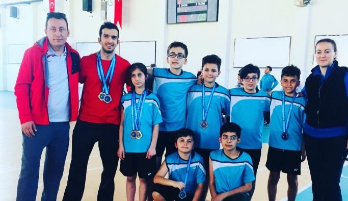 İşitme engelli badmintoncular madalyaları topladı