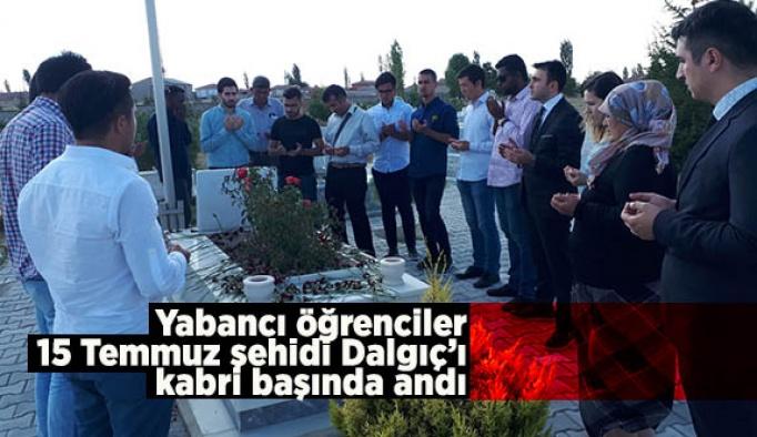 Yabancı öğrenciler 15 Temmuz şehidi Dalgıç'ı kabri başında andı