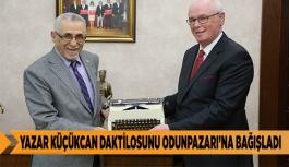 EĞİTİMCİ YAZAR KÜÇÜKCAN DAKTİLOSUNU ODUNPAZARI'NA BAĞIŞLADI