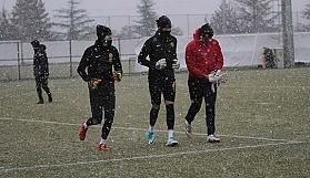 Eskişehirspor kar yağışı altında çalışmalarına başladı