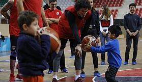 Öğrencilerin basketbol sevinci