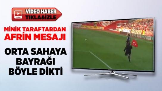 Minik taraftar Türk Bayrağı'nı böyle dikti
