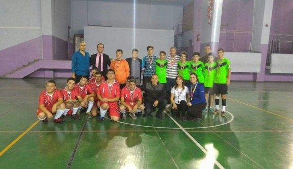 Liseli öğrencilerden futsal maçı