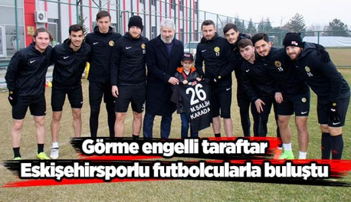Görme engelli taraftar, Eskişehirsporlu futbolcularla buluştu