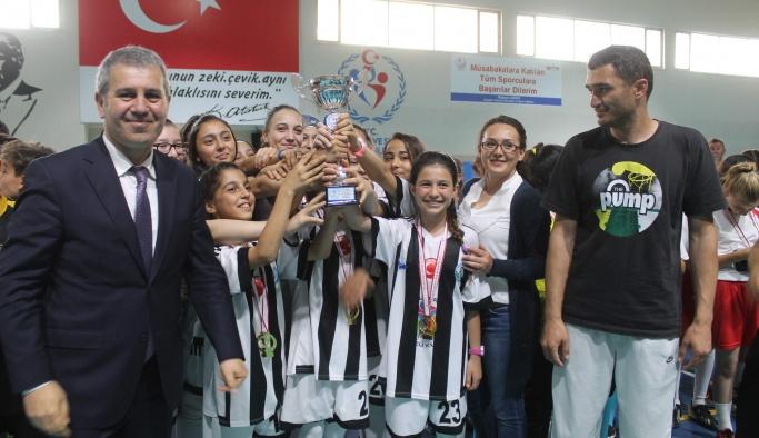 Yeni İl Müdürü Tatlısu öğrencilerin kupa heyecanını paylaştı